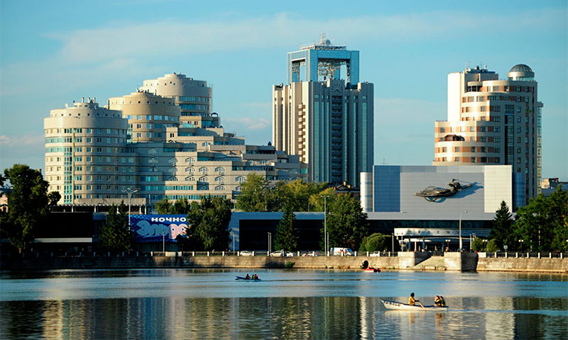 Набережная городского пруда, кинотеатр «Космос» и кораблик «Динамо»