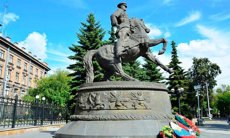 Шигирский идол и памятник Жукову