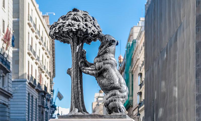 Статуя «Медведь и земляничное дерево»