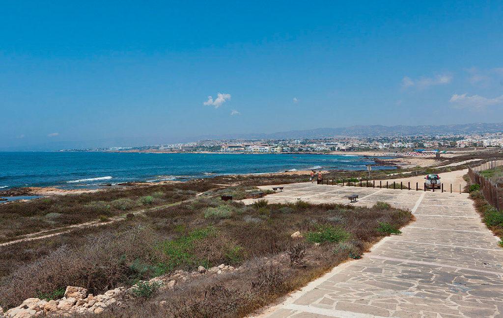 Пешеходная тропа вдоль моря и маяк
